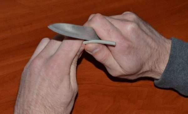 Зачистка изоляции кабеля ножом