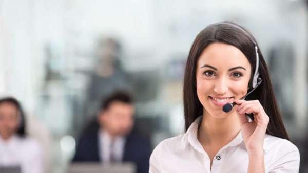 Вопреки улыбающимся лицам на стоковых фото, работник call-центра ежедневно испытывает стресс