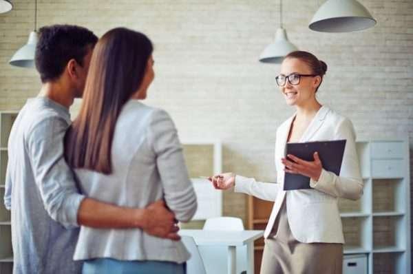 Чтобы быстро реализовать задумку по продаже квартиры, необходимо организовать грамотную рекламу, либо воспользоваться платными услугами риелтора