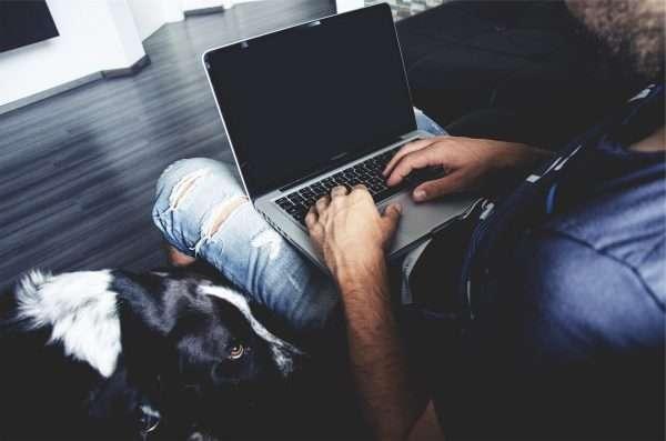 Мужчина с ноутбуком