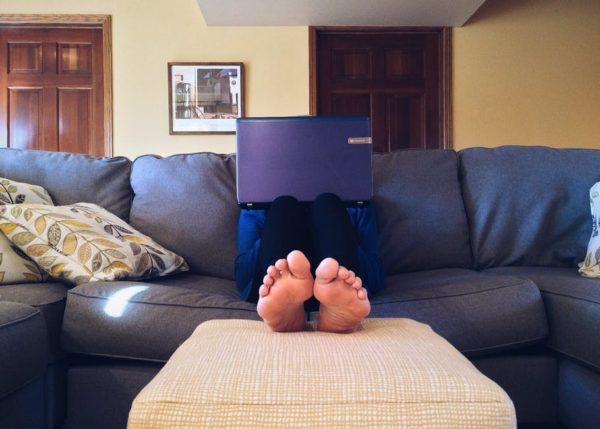 Качественное фото квартиры, дополненное стильными нюансами (например, цветами и деревянными буквами на всю стену), а также лаконичны пост, содержащий информацию о квартире, произведут на публику фурор, и вы найдете того самого – лучшего покупателя в мире