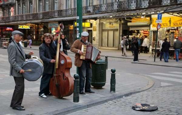 Выступление уличных музыкантов и краудфандинг имеют общие черты