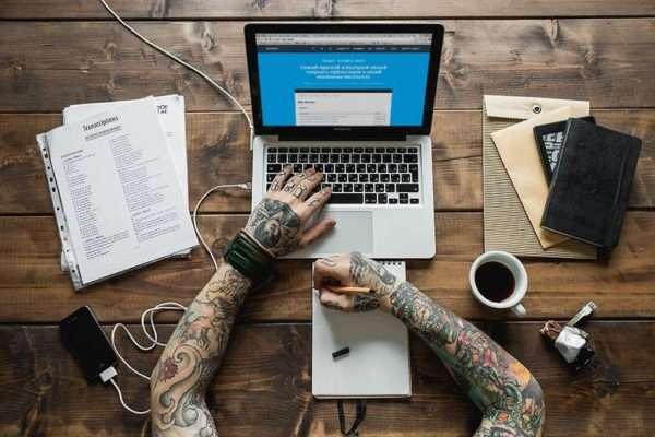 Являясь экспертом в определенной области, можно за короткое время собрать большую базу постоянных клиентов, при этом работать можно даже в домашних условиях