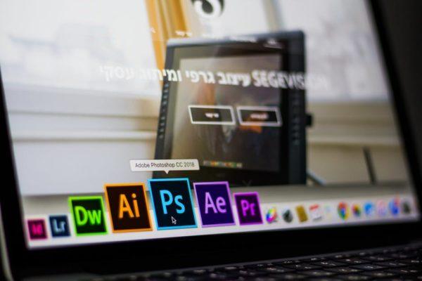 Прототип макета зарисовывается в редакторе (обычно это Photoshop), после чего производится его утверждение или дополнительная проработка